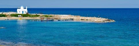 Chiesa bianca, spiaggia di Kalamies, protaras, Cipro Immagine Stock