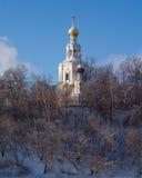 Chiesa bianca sull'alta collina Immagini Stock
