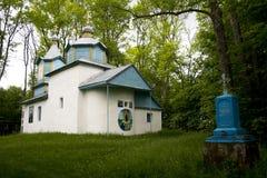 Chiesa bianca sull'erba verde Fotografie Stock
