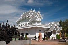 Chiesa bianca in tempio Wat Tham Khuha Sawan, Tailandia di buddismo Immagine Stock Libera da Diritti