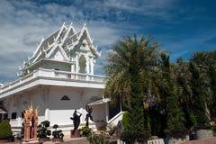 Chiesa bianca in tempio Wat Tham Khuha Sawan, Tailandia di buddismo Fotografia Stock