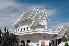 Chiesa bianca in tempio Wat Tham Khuha Sawan, Tailandia di buddismo Fotografia Stock Libera da Diritti
