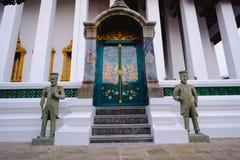 Chiesa buddista di architettura e tradizionale della porta al tempio di Wat Suthat a Bangkok, Tailandia Immagini Stock Libere da Diritti