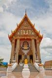 Chiesa buddista sotto il cielo nuvoloso Fotografie Stock Libere da Diritti