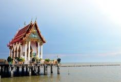 Chiesa buddista sul mare Immagini Stock