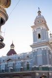 Chiesa cattolica della cattedrale durante il tempo di Natale al tramonto Fotografia Stock