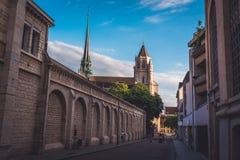Chiesa cattolica di Digione nel tramonto di sera fotografia stock