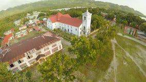 Chiesa cattolica di vista aerea nelle Filippine Anda Città di Poblacion archivi video