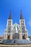 Chiesa cattolica e cielo blu Immagini Stock Libere da Diritti