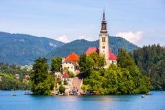 Chiesa cattolica famosa sull'isola in mezzo al lago sanguinato con Fotografie Stock