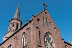 Chiesa cattolica in Hilden con il gallo segnavento e l'incrocio Fotografia Stock