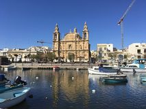 Chiesa cattolica nell'isola del mar Mediterraneo Fotografia Stock