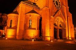 Chiesa cattolica neogotica durante la notte i Fotografie Stock Libere da Diritti