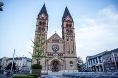 Chiesa cattolica romana del ` s di za del ¡ di Nyiregyhà con la fontana recentemente costruita nella priorità alta immagini stock libere da diritti