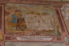 Chiesa cattolica tedesca con i dettagli religiosi intorno all'altare ed alla a Immagine Stock Libera da Diritti