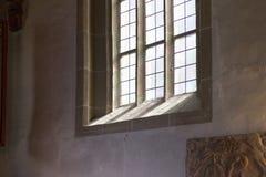 Chiesa cattolica tedesca con i dettagli religiosi intorno all'altare ed alla a Immagine Stock