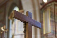 Chiesa cattolica tedesca con i dettagli religiosi intorno all'altare ed alla a Immagini Stock