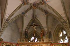 Chiesa cattolica tedesca con i dettagli religiosi intorno all'altare ed alla a Fotografia Stock Libera da Diritti