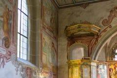 Chiesa cattolica tedesca con i dettagli religiosi intorno all'altare ed alla a Fotografia Stock