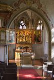 Chiesa cattolica tedesca con i dettagli religiosi intorno all'altare ed alla a Fotografie Stock Libere da Diritti