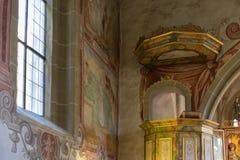 Chiesa cattolica tedesca con i dettagli religiosi intorno all'altare ed alla a Fotografie Stock