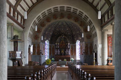 Chiesa cattolica tedesca con i dettagli religiosi intorno all'altare ed alla a Immagini Stock Libere da Diritti