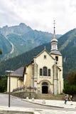 Chiesa a Chamonix-Mont-Blanc, Francia, alpi francesi nell'inverno, vista a della via Immagine Stock Libera da Diritti