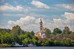 Chiesa in cittadina sulla sponda del fiume Immagine Stock