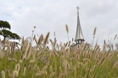 Chiesa come visto dall'altro lato di un campo Immagini Stock