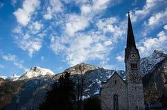 Chiesa con cielo blu e la nuvola immagine stock libera da diritti