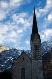 Chiesa con cielo blu e la nuvola fotografie stock libere da diritti