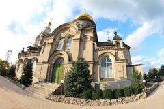 Chiesa con dei segnalatori acustici sotto cielo blu immagine stock libera da diritti