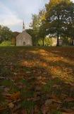 Chiesa con i fogli di autunno Fotografie Stock