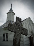 Chiesa con la vecchia traversa Fotografie Stock Libere da Diritti