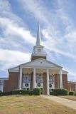 Chiesa con le corone di natale Immagine Stock