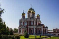 Chiesa con le cupole in Russia, contro il cielo blu Tempio con le cupole dorate Fotografia Stock