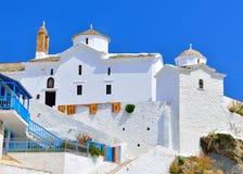 Chiesa con le pareti bianche in Chora sull'isola di Skopelos, Grecia Immagine Stock