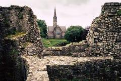 Chiesa con le rovine immagini stock