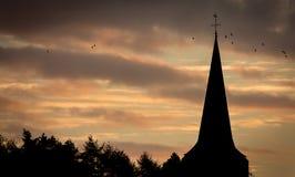 Chiesa con un tramonto sbalorditivo immagini stock libere da diritti