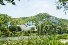 Chiesa cristiana di ortodossia in Slavyanogorsk sulla sponda del fiume Immagini Stock Libere da Diritti