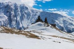 Chiesa cristiana sulla vista di inverno della montagna Fotografia Stock Libera da Diritti
