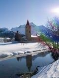 Chiesa dal fiume nella neve di inverno Fotografia Stock