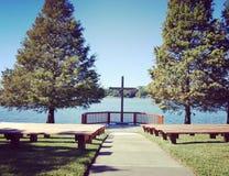 Chiesa dal lago Immagini Stock Libere da Diritti