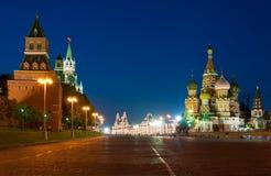 Chiesa del basilico di Cremlino, del quadrato rosso e del san alla notte Immagini Stock