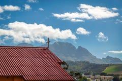 Chiesa del distretto di Kayamandi e di bella vista delle montagne fotografie stock libere da diritti
