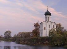 Chiesa del Intercession sul fiume Nerl in Au Fotografia Stock Libera da Diritti
