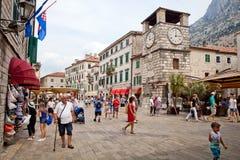 Chiesa del ` s di St Luke sul quadrato del ` s di St Luke con città di Cattaro del walkingin dei turisti la vecchia Fotografia Stock Libera da Diritti