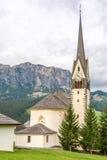 Chiesa del san Giacomo e di Leonardo del san in Alta Badia Immagini Stock Libere da Diritti
