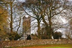 Chiesa del vecchio paese circondata dagli alberi Fotografia Stock Libera da Diritti
