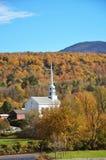 Chiesa del Vermont e fogliame di caduta fotografia stock